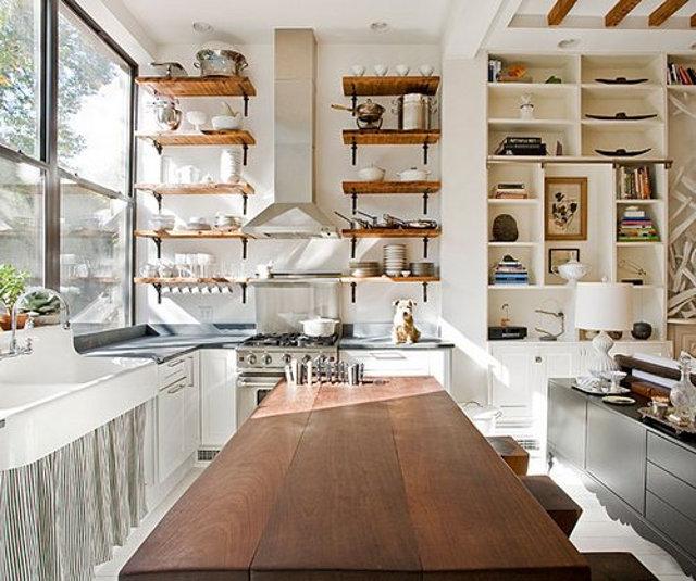 Стеллажи на кухне загородного дома очень удобный вариант
