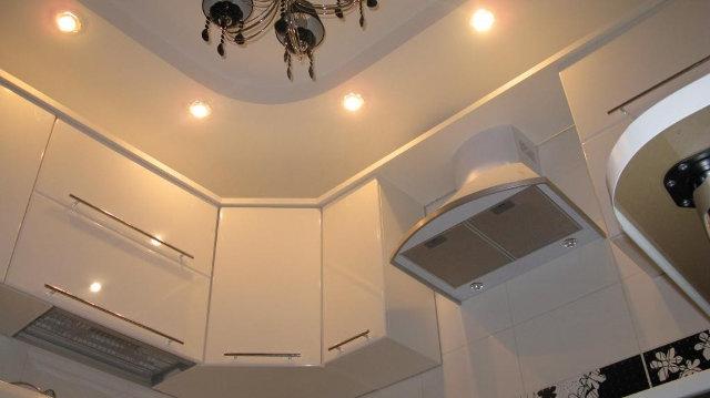 Точечные светильник по периметру потолка на кухне