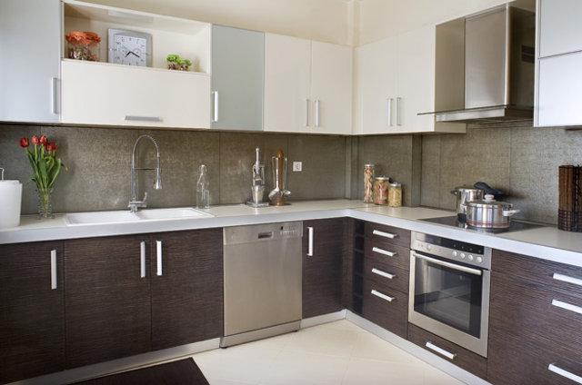 Серый фартук на кухне венге с белым