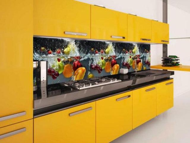 Желтая кухня с фотопечатью на фартуке на тему