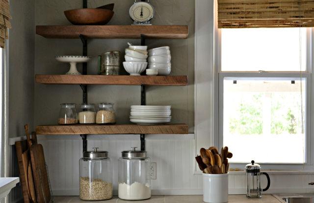Красивые навесные деревянные полки на кухне