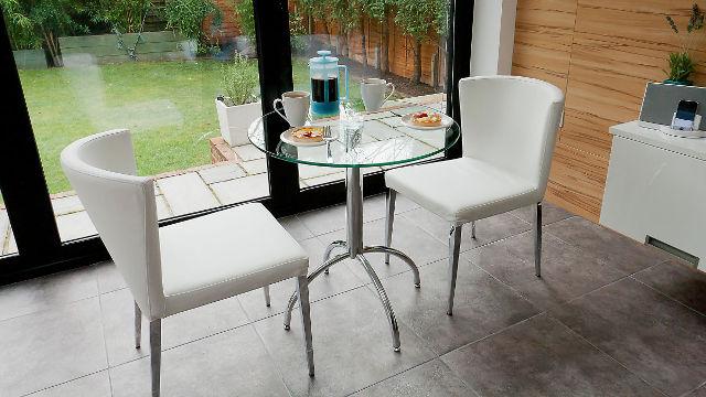 Маленький круглый кофейный столик из стекла