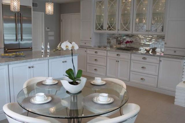 Круглый стеклянный стол в интерьере классической кухни