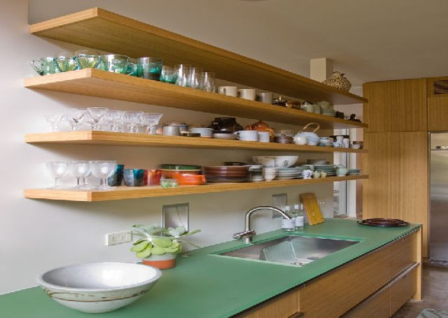 Использование открытых полок вместо верхних шкафов