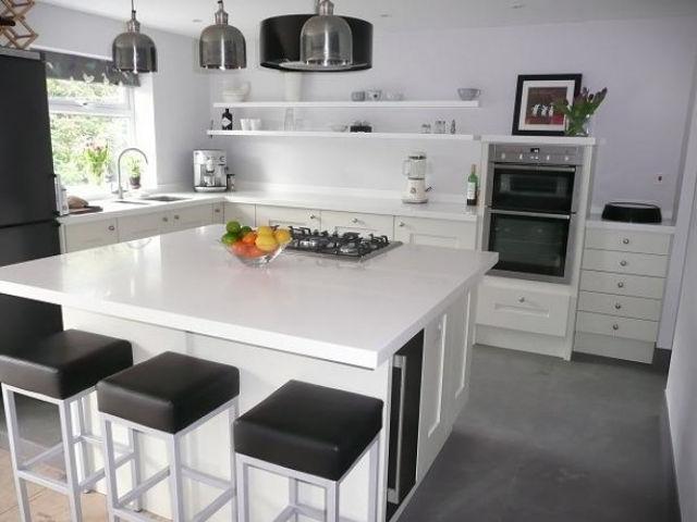 Современная кухня с полками вместо шкафов