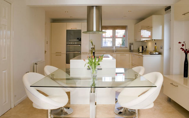 Стеклянный стол в интерьер современной кухни