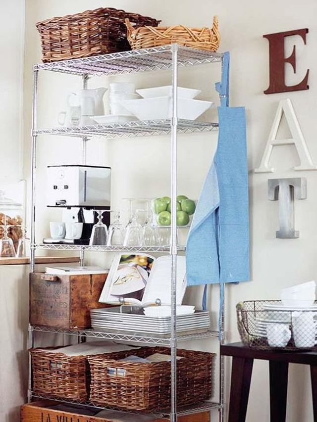 Высокая металлическая этажерка на кухне