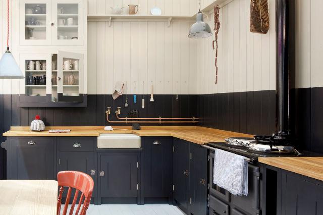 Сочетание столешницы из дерева с черной кухней