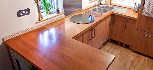 Деревянная столешница на кухне с  деревянными фасадами