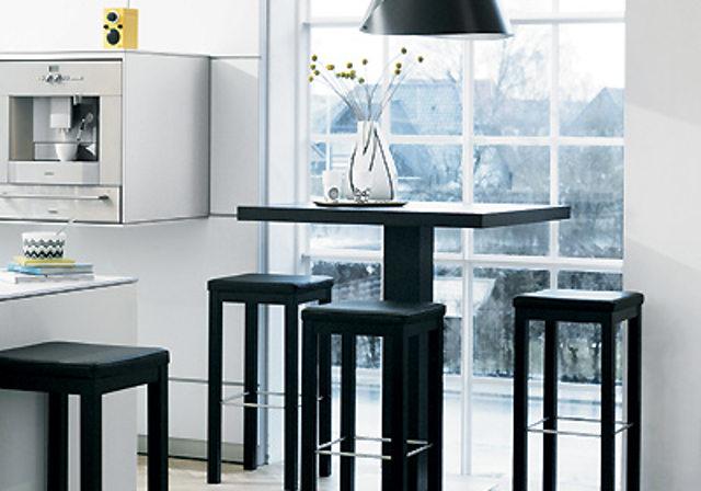 Барный стол и стулья в интерьере кухни
