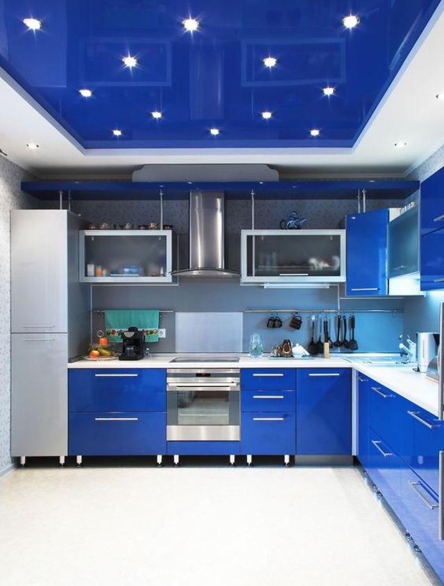 Стильный дизайн современной белой кухни с синим потолком