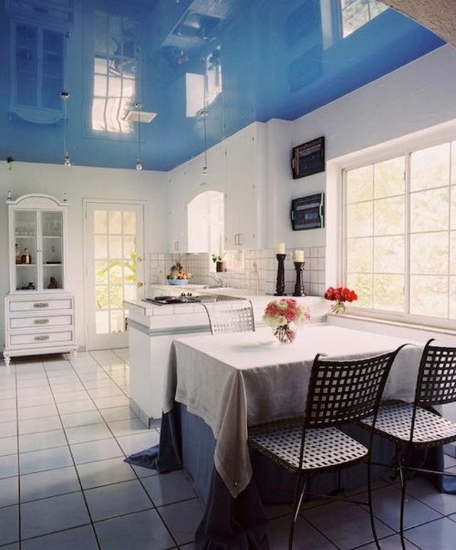 Голубой глянцевый потолок на кухне в стиле прованс