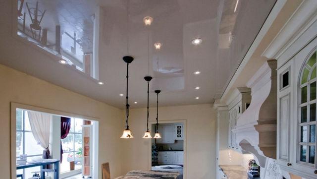 Белый глянцевый потолок в интерьере классической кухни