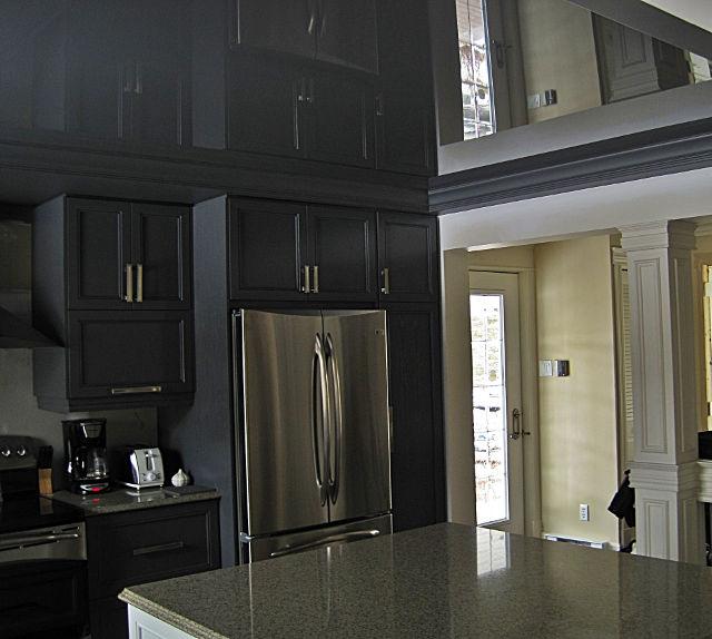 Серый цвет потолка способен сделать мрачный даже светлое помещение