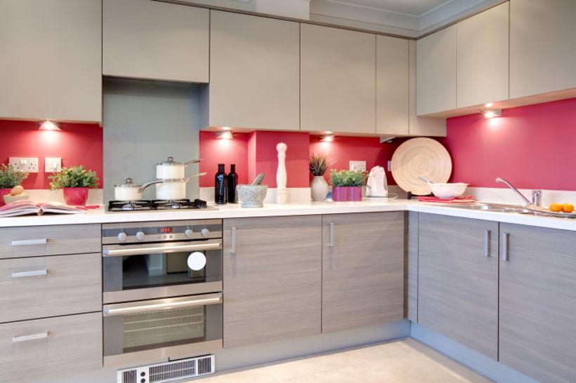 Серо-бежево-розовая кухня