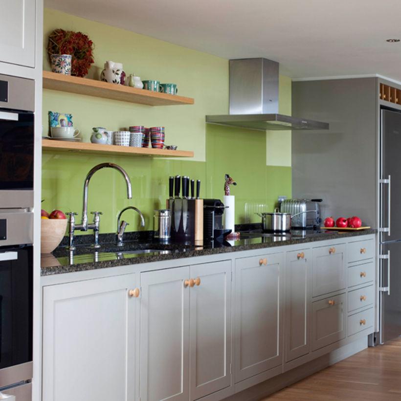 Бело-серо-зеленая кухня