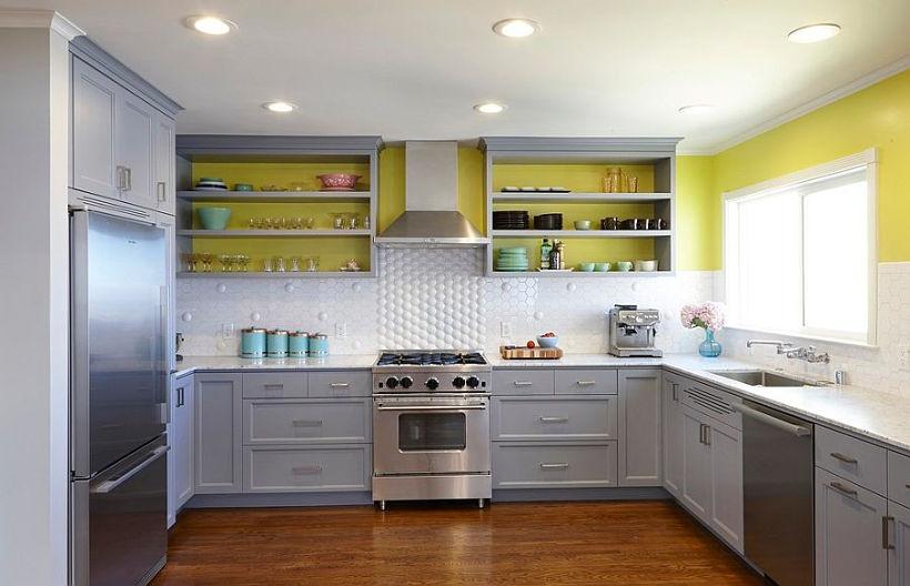 Бело-серо-желтая кухня
